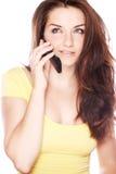 Mooie jonge vrouw op haar telefoon stock foto