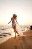 Mooie jonge vrouw op het strand Royalty-vrije Stock Foto