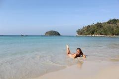 Mooie jonge vrouw op het zonnige Kata-strand, Phuket Royalty-vrije Stock Foto's