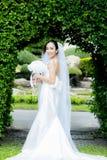 Mooie jonge vrouw op huwelijksdag in witte kleding in de tuin - Vrouwelijk portret in het park Royalty-vrije Stock Afbeeldingen