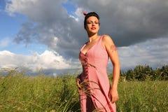 Mooie jonge vrouw op landbouwbedrijf royalty-vrije stock afbeelding