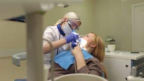 Mooie jonge vrouw op ontvangst bij de tandarts stock footage