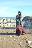 Mooie jonge vrouw op sea-shore royalty-vrije stock afbeeldingen