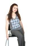 Mooie jonge vrouw op stoel Royalty-vrije Stock Fotografie