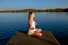 Mooie jonge vrouw in openlucht Stock Fotografie