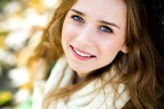 Mooie jonge vrouw in openlucht Stock Foto's