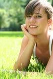 Mooie jonge vrouw in openlucht Stock Afbeeldingen