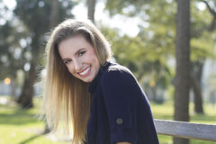 Mooie jonge vrouw in openlucht Royalty-vrije Stock Foto's