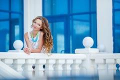 Mooie jonge vrouw in openlucht in de stad Stock Afbeelding