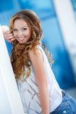 Mooie jonge vrouw in openlucht in de stad Stock Afbeeldingen
