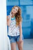 Mooie jonge vrouw in openlucht in de stad Royalty-vrije Stock Afbeelding