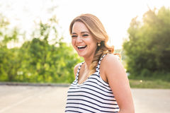 Mooie jonge vrouw in openlucht Geniet van aard Gezond Glimlachend Meisje Stock Fotografie