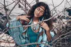 Mooie jonge vrouw in openlucht het concept van de heksenambacht royalty-vrije stock afbeelding