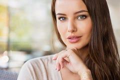 Mooie jonge vrouw in openlucht in zonnige dag royalty-vrije stock afbeeldingen