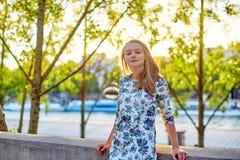 Mooie jonge vrouw in Parijs stock fotografie