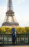 Mooie jonge vrouw in Parijs op een dalingsdag Royalty-vrije Stock Foto's