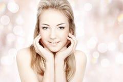 Mooie jonge vrouw. Portret over samenvatting Royalty-vrije Stock Foto's