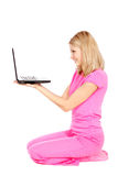Mooie jonge vrouw in roze dat laptop houdt stock foto's