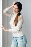 Mooie jonge vrouw thuis stock afbeelding