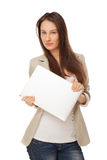 Mooie jonge vrouw in toevallige kleding die met laptop roepen Stock Fotografie