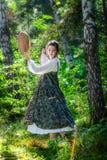 Mooie jonge vrouw van een tovenares met een tamboerijn royalty-vrije stock afbeeldingen