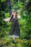 Mooie jonge vrouw van een tovenares met een tamboerijn stock foto