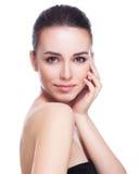 Mooie jonge vrouw wat betreft haar gezicht Stock Foto