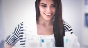 Mooie jonge vrouw in winkel Stock Foto's