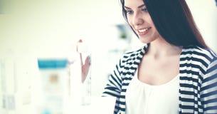 Mooie jonge vrouw in winkel Royalty-vrije Stock Fotografie
