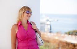 Mooie jonge vrouw in zonnebril Royalty-vrije Stock Foto's
