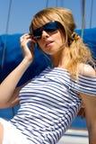 Mooie jonge vrouw in zonnebril Stock Fotografie