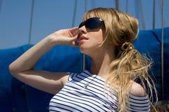 Mooie jonge vrouw in zonnebril Royalty-vrije Stock Fotografie