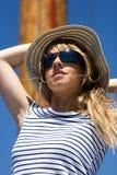 Mooie jonge vrouw in zonnebril Stock Afbeelding