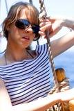 Mooie jonge vrouw in zonnebril Royalty-vrije Stock Afbeeldingen