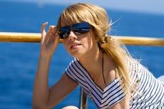 Mooie jonge vrouw in zonnebril Royalty-vrije Stock Foto