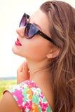 Mooie jonge vrouw in zonnebril royalty-vrije stock afbeelding