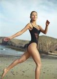 Mooie jonge vrouw in zwempak het lopen Royalty-vrije Stock Fotografie
