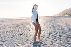 Mooie jonge vrouw in zwempak op strand royalty-vrije stock afbeelding