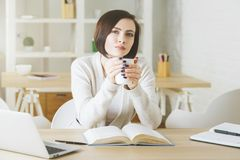 Mooie jonge vrouwelijke het drinken koffie Royalty-vrije Stock Fotografie
