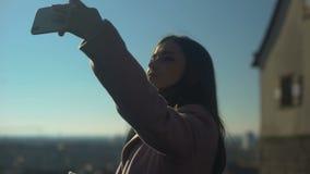 Mooie jonge vrouwelijke reiziger die selfie op skydeck, oude stadsmening nemen stock footage