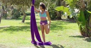 Mooie jonge vrouwen acrobatische danser stock footage