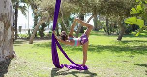 Mooie jonge vrouwen acrobatische danser stock videobeelden
