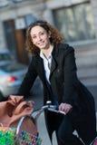 Mooie jonge vrouwen berijdende fiets Royalty-vrije Stock Afbeeldingen