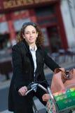 Mooie jonge vrouwen berijdende fiets Stock Afbeelding