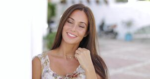 Mooie jonge vrouwen die bij camera glimlachen stock video
