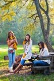 Mooie jonge vrouwen die celtelefoons met behulp van Royalty-vrije Stock Afbeeldingen