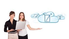 Mooie jonge vrouwen die moderne apparaten in wolken voorstellen Stock Afbeeldingen