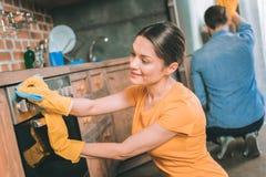 Mooie jonge vrouwen oppoetsende oven stock afbeelding