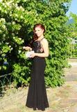 Mooie jonge vrouwen zwarte kleding openlucht stock foto