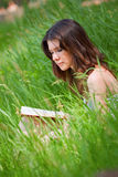 Mooie jonge vrouwenlezing Royalty-vrije Stock Foto's